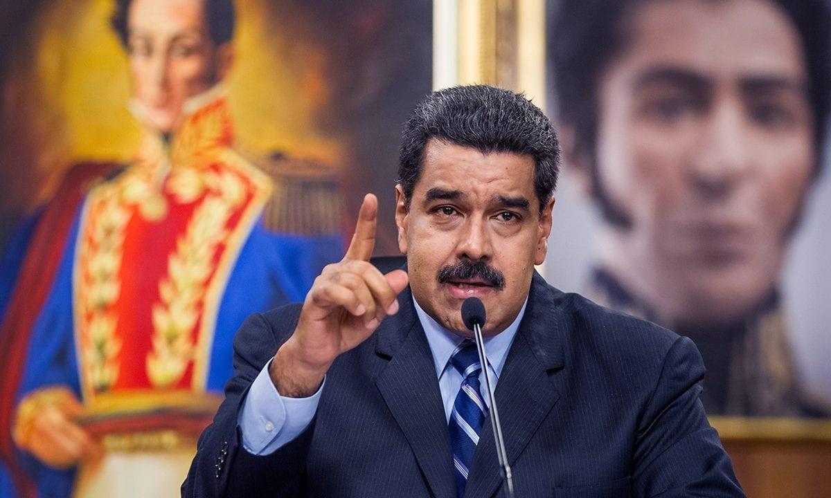 Imagem divulgada pelo governo Maduro mostra apoiadores no centro de Caracas (Foto: HO / presidencia / AFP)